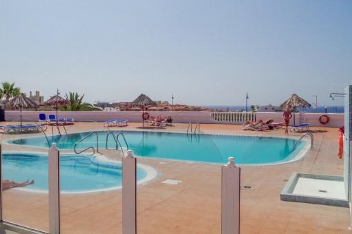 Der Poolbereich verfügt über einen wunderschönen Meerblick