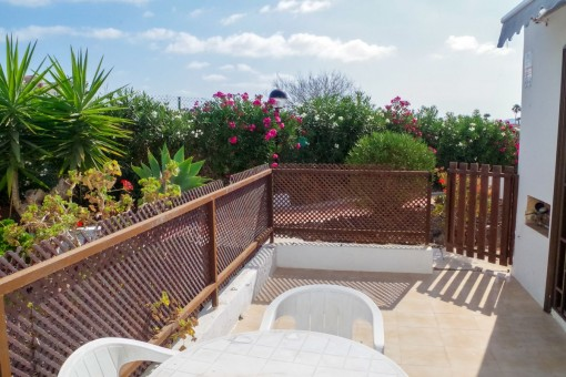 Schöne Terrasse mit Gartenmöbeln