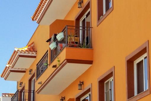 Außenansicht des Gebäudes mit Balkon