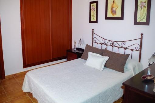 Alternative Ansicht des Schlafzimmers mit Einbauschrank