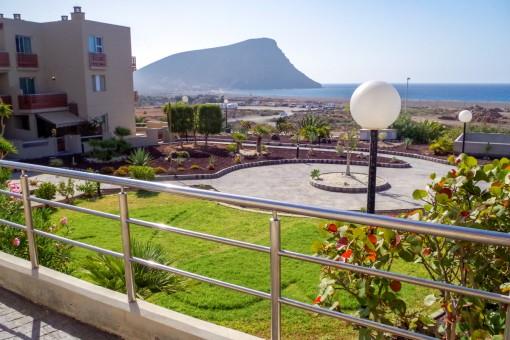 Luxus Apartment mit Terrasse, Garten und Pool in erster Meereslinie am La Tejita Strand im Süden von Teneriffa