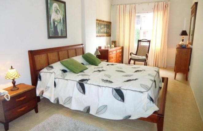 Gemütliches und helles Schlafzimmer mit großem Bett