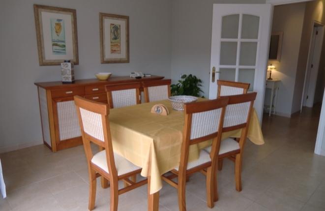 Esszimmer mit Tisch und Schrank