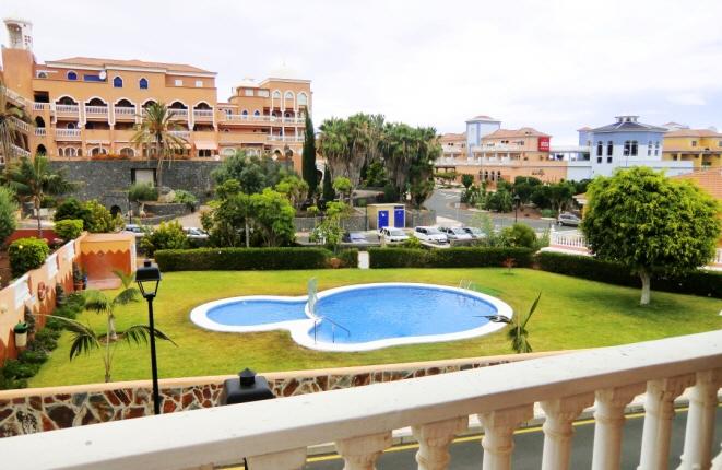 Blick auf den Pool vom Balkon aus