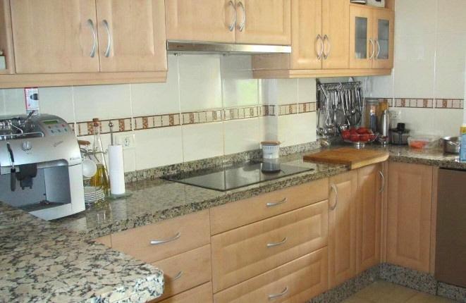 Voll ausgestattete Küche mit Marmorplatten