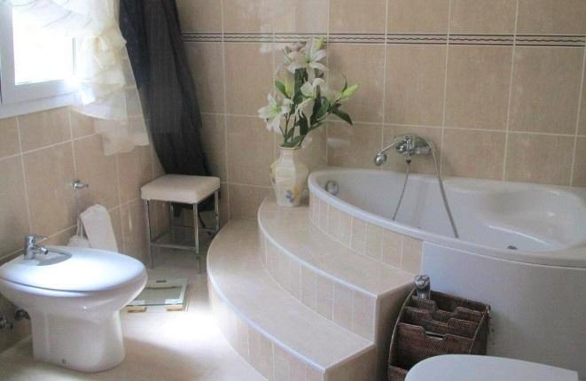 Badezimmer mit stilvoller Badewanne
