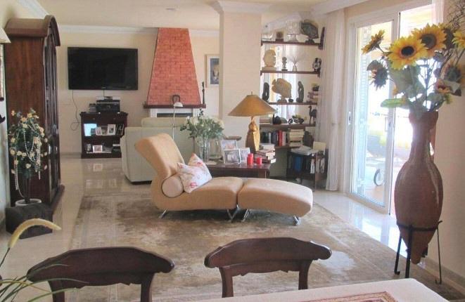 Gemütliches und offenes Wohnzimmer mit Kamin