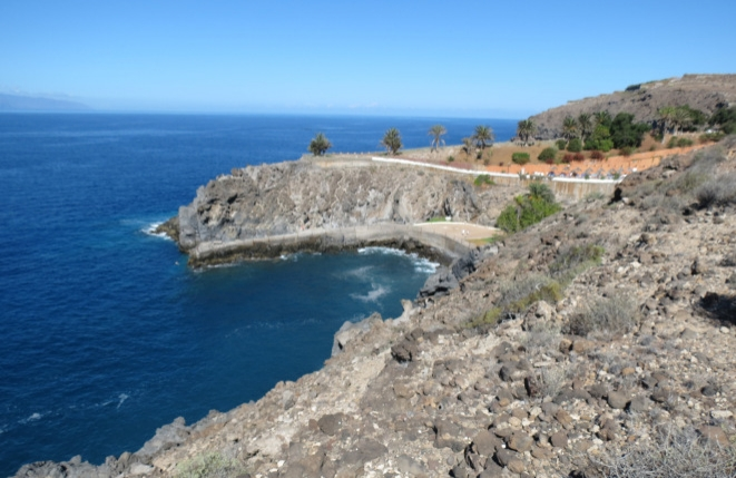 Blick entlang der sonnigen Südwest-Küste Teneriffas