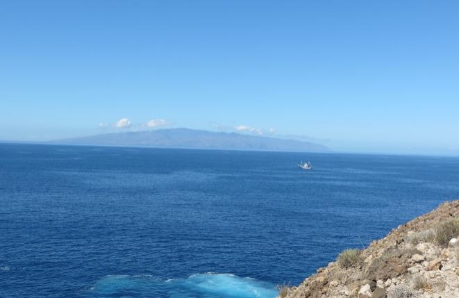 Der schöne, blaue Atlantische Ozean mit der Insel La Gomera im Hintergrund