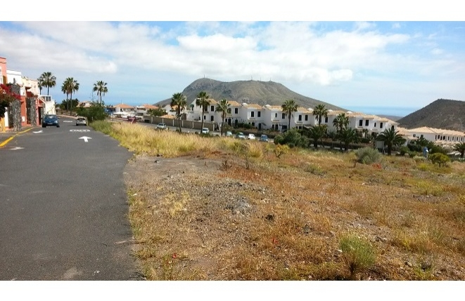 Panoramablick auf die Tuffkegel und die Südküste