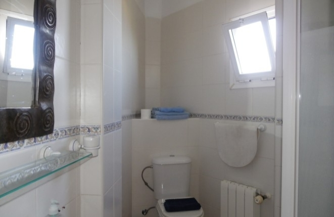 Bad mit Duschkabine, Gasheizung und Fenster