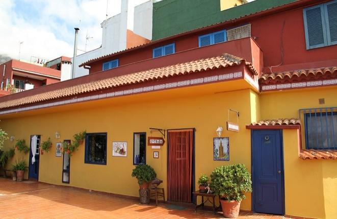 Terrasse mit Zugang zum Haus und Restaurant