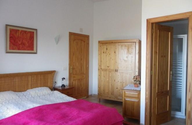Gästezimmer mit hoher Decke und Duschbad