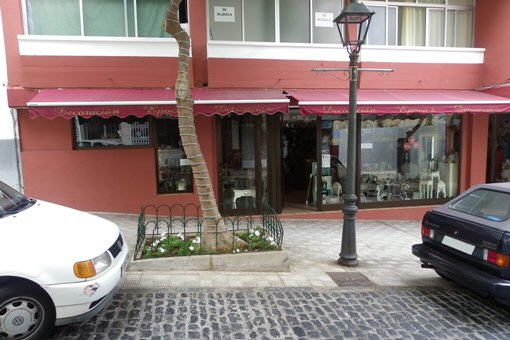 Laden mit großer Fensterfront