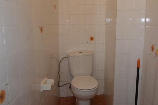 Toilette mit Waschbecken, hell gestaltet