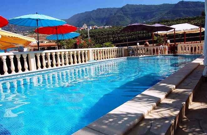 Poolbereich mit Bergblick