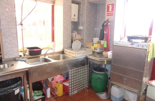 Küche mit Geschirrspüler und Waschbecken