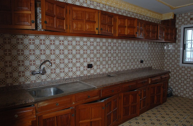 Küchenbereich mit vielen Schränken