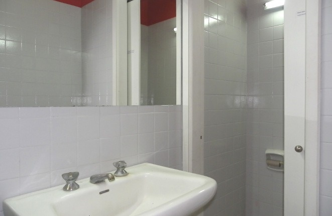Toilette mit Waschbecken und großem Spiegel