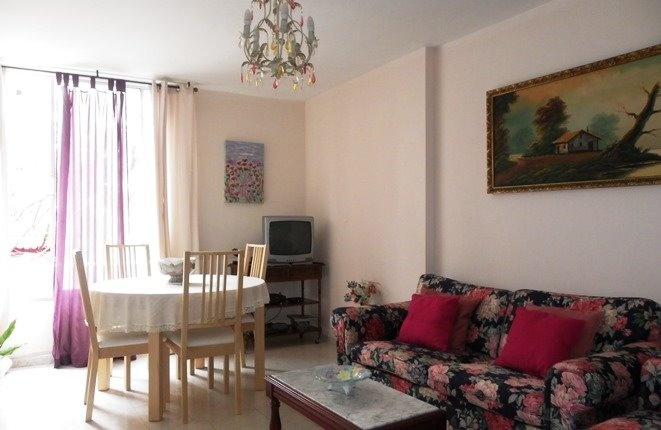 Geräumiges Wohnzimmer mit Essbereich und großer Fensterfron