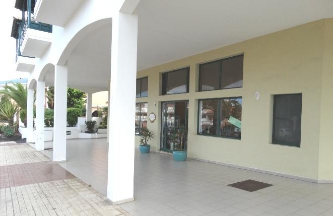 Breite Promenade und ausreichend Parkplätze vor der Terrasse