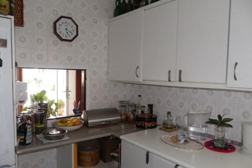 Einbauküche mit Durchreiche