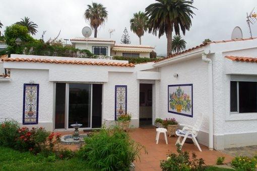 Gemütliche Terrasse mit Blick in den Garten