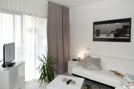 Heller Wohnbereich in weiß