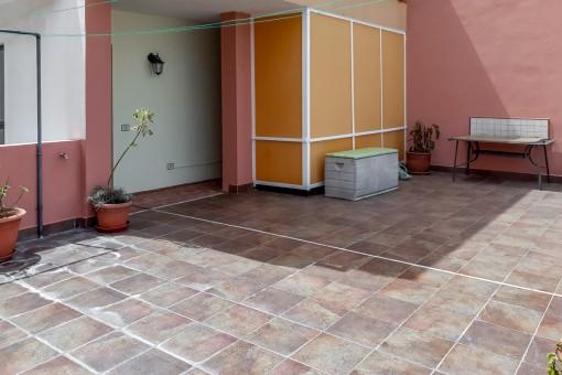 Die zweite Terrasse ist mit Fliesen ausgestattet
