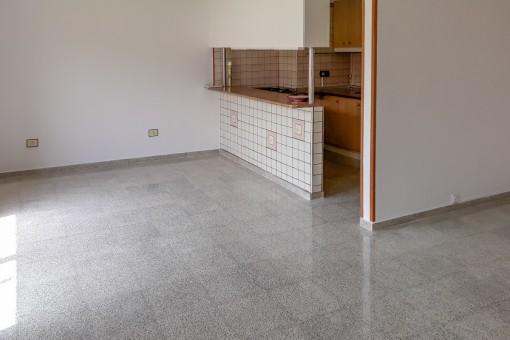 Blick vom Wohnbereich zur offenen Küche