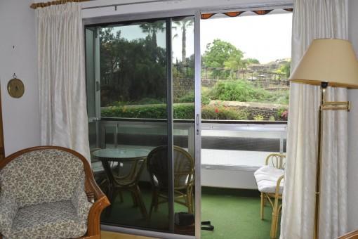 Blick vom Wohnbereich zum Balkon