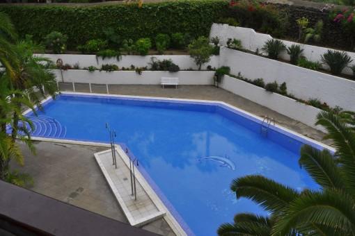 Großzügiger Außenbereich mit Pool