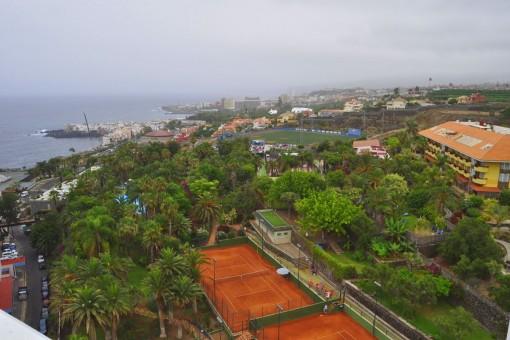 Blick auf die umliegende Landschaft mit Tennisplatz