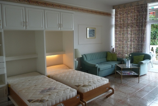 Helles Wohnzimmer mit Schrankbetten