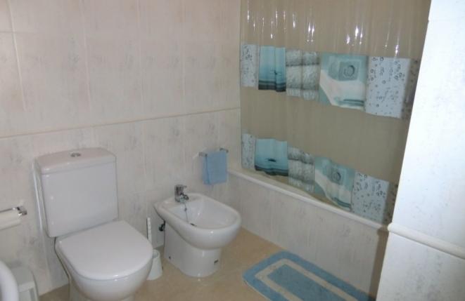 Badezimmer mit Badewanne, WC und Bidet