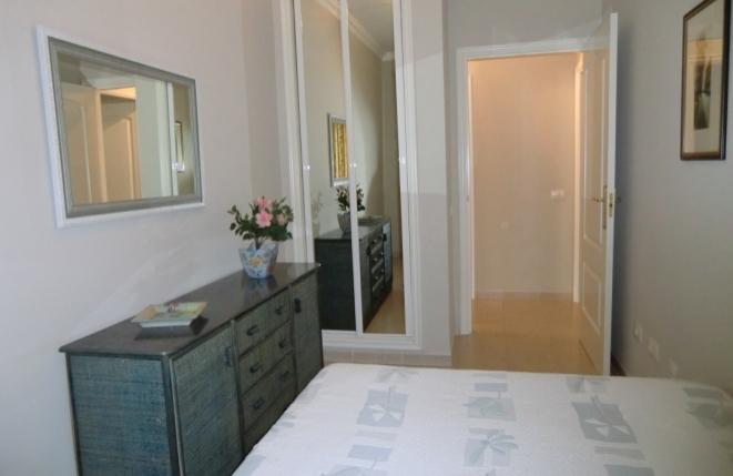 Weiteres Schlafzimmer mit einen schönen Spiegelschrank