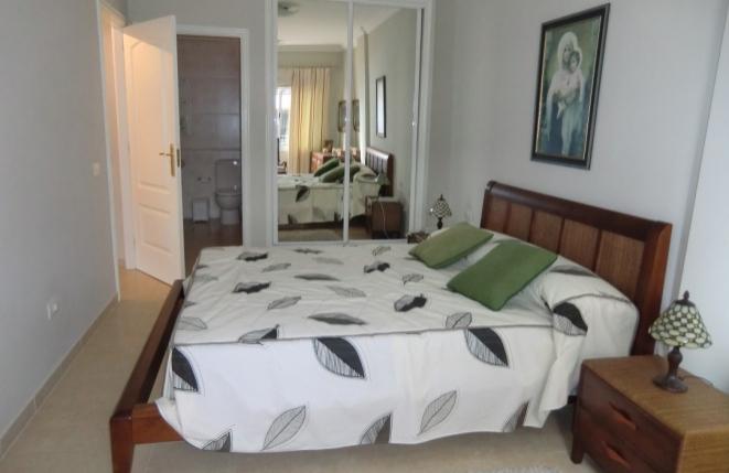 Schlafzimmer mit großen Bett